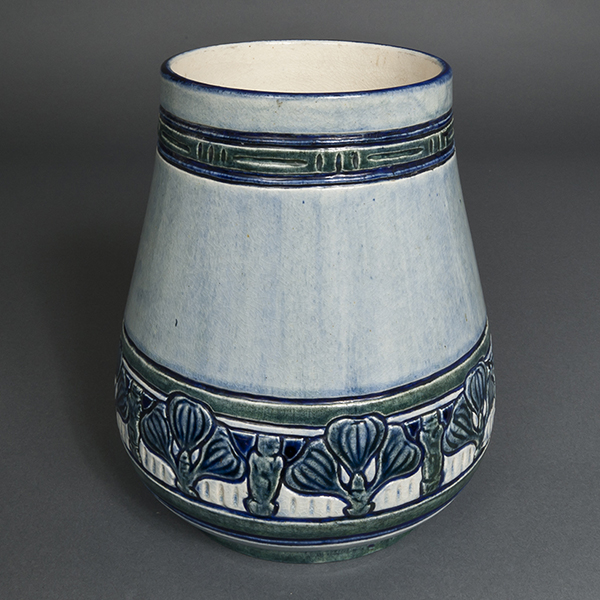Leona Nicholson, Fig vase, 1905. Gift of Mrs. Arthur L. (Harriet) Jung, Newcomb class of 1940